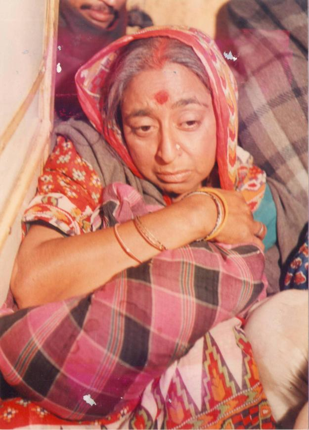 Navnidra_as_a_poor_woman_in_Afsane
